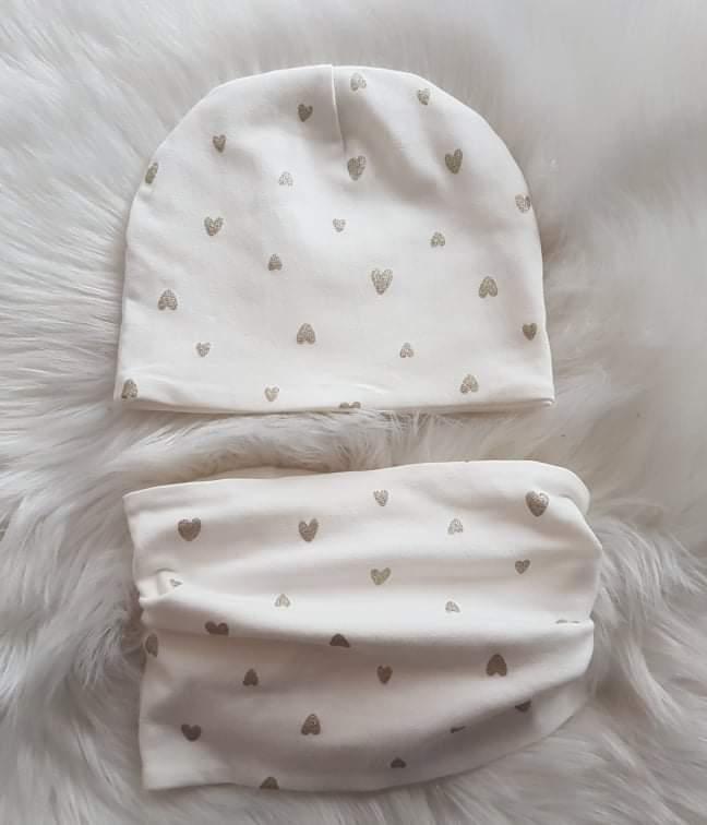 Handmade prechodná čiapka dvojvrstvová - biela so srdiečkami veľkosť 46/48