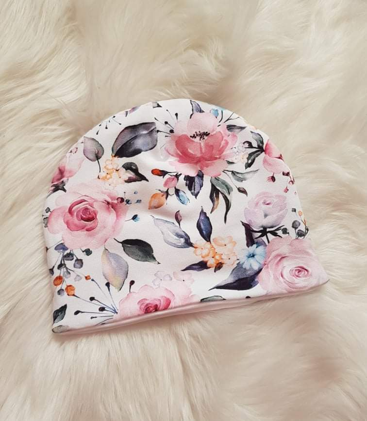 Handmade prechodná čiapka dvojvrstvová - biela s kvetinkami, veľkosti 34-36